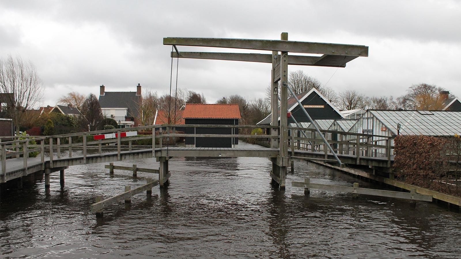 De toegangsbrug naar de Historische Tuin Aalsmeer, openingstijden 10:00 tot 16:30 uur dinsdag tot en met zondag