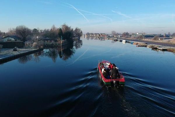 Een rondvaart met Westeinder Rondvaart maakt uw bezoek aan de Historische Tuin Aalsmeer compleet
